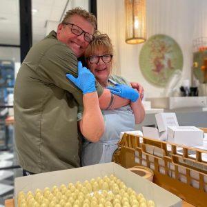 Dennis & Miranda met de zelfgemaakte bonbons. Een echte chocolaterie in Bilthoven, de chocola is ook te bestellen.